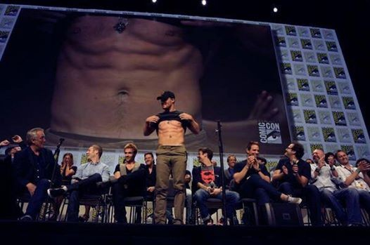 Stephen Amell showing off his abs at Comic-Con 2014.